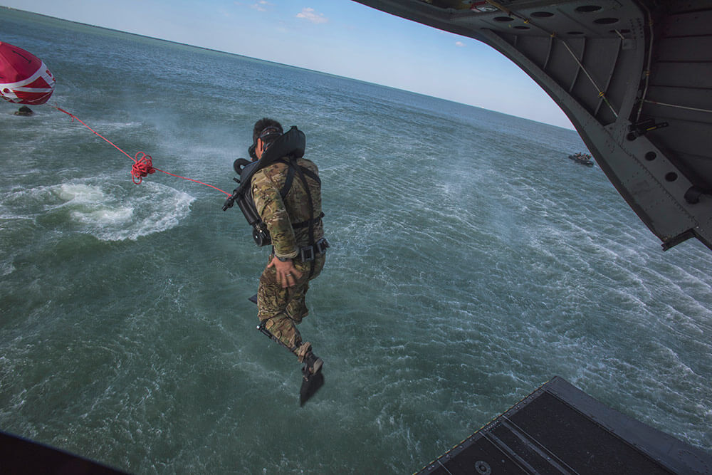 A Soldier of the Army National Guard's 3rd Battalion, 20th Special Forces Group (Airborne) combat dive team helo-casts from a CH-47 Chinook helicopter into Florida waters during re-qualifications. Illinois Army National Guard photo by SSG Adam Fischman